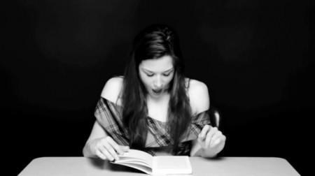 Orgasmo de una mujer leyendo