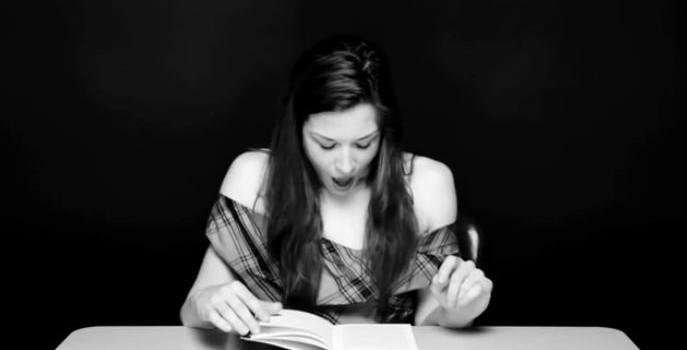 Mujeres excitadas con un vibrador mientras leen