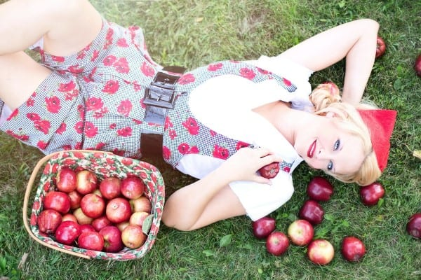 escort tumbada manzanas