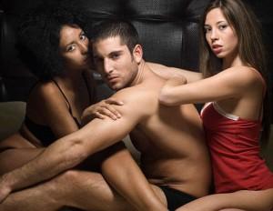 Trio sexual, dos mujeres con un hombre