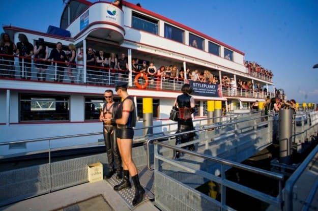Sexo y sado en un barco