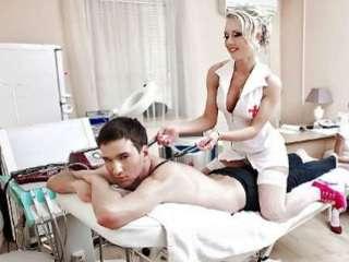 Fantasía sexual con escort vestida de enfermera