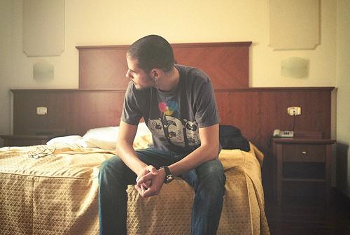 Hombre soltero en hotel