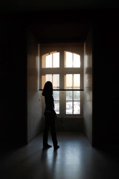 Chica ventana oscuridad