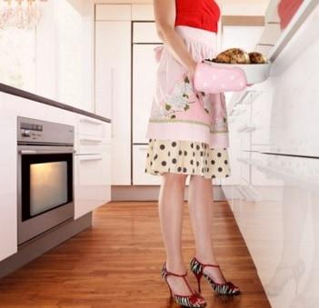 Ama de casa caliente cocinando