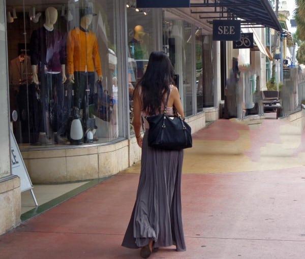 escort caminando de espaldas