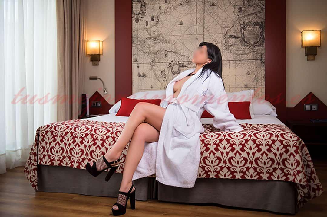 Escort de pecho natural en hotel, Lua
