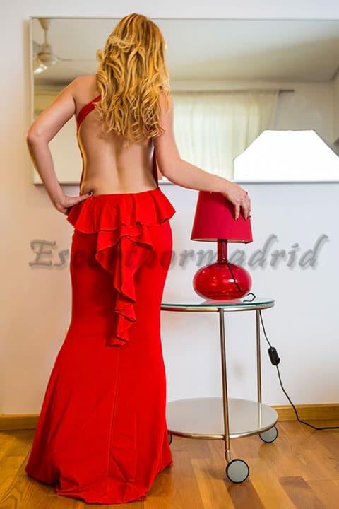 Escort Sevilla brasileña con un elegante traje rojo. María
